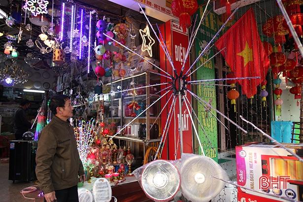 Cửa hàng điện của gia đình ông Vị bán được nhiều bộ sản phẩm đèn led pháo hoa.