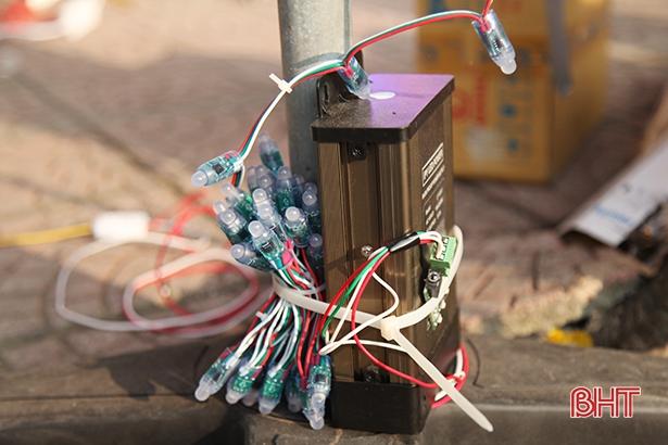 Bộ chuyển đổi dòng điện 5V hoặc 12V để tạo ánh sáng và lập trình thành các hiệu ứng pháo hoa.